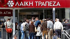 März 2013: Kunden der Laiki Bank wollen ihr Geld abholen. Die Bank muss im Gegenzug für die Troika-Hilfen abgewickelt werden.