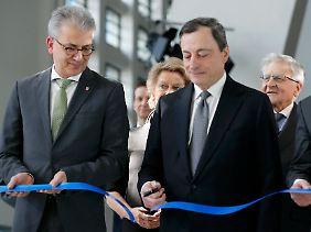 Hessens Wirtschaftsminister Tarek Al-Wazir (l.) und EZB-Chef Mario Draghi weihen das Gebäude ein.