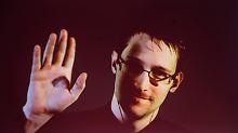 Laut Bundesregierung hätte Snowden ausgeliefert werden müssen, hätte er deutschen Boden betreten. (Snowden während einer Videoübertragung auf der Cebit.)