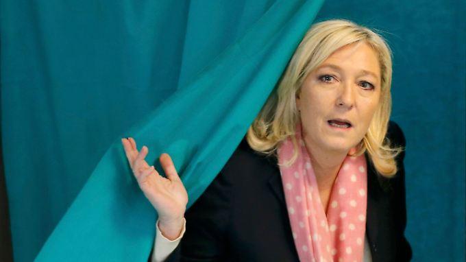 Marine Le Pen, Chefin der rechtsextremen Front National, gab ihre Stimme in Henin-Beaumont in Nordfrankreich ab.