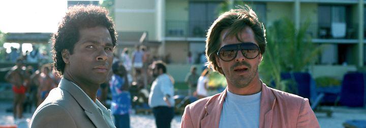 """Auch in der TV-Serie """"Miami Vice"""" (1984-89) ermittelten die Agenten Crockett (Don Johnson, r.) und sein Kollege Tubbs (Philip Michael Thomas) verdeckt gegen Drogenbosse, Waffenschieber und Zuhälter. Die Serie ..."""