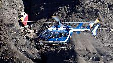 An den entlegensten Stellen des Steilhangs liegen Trümmer des Flugzeugs.