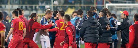 Chaos-Spiel in Podgorica: In der Gruppe G der laufenden EM-Qualifikation geraten die Teams aus Russland und Montenegro aneinander.