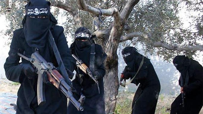 In einem Propaganda-Video der Al-Chansaa-Brigade zeigen sich die Dschihadistinnen mit Kalaschnikow und Burka.
