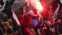 Die Fans schmuggelten Dutzende Feuerwerkskörper ins Stadion.