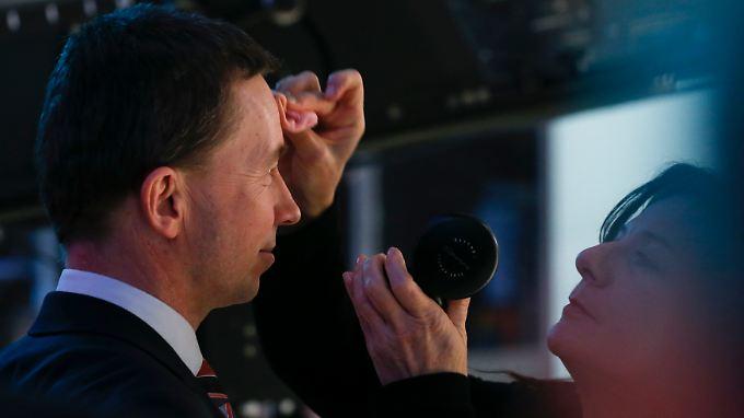 Nach der Bürgerschaftswahl in Hamburg am 15. Februar bereitet Bernd Lucke sich auf einen TV-Auftritt vor.