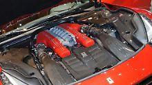 Der V12 des F12 Berlinetta kommt mit 740 PS ohne elektrische Unterstützung aus.