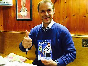 Daumen hoch, warum auch immer: Olaf Thon. Ach, er hält ein Buch von Redelings in der Hand.