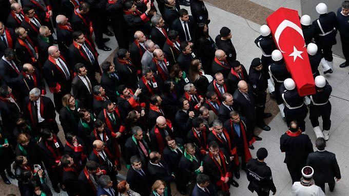 Trauerfeier für den gestern getöteten Staatsanwalt Mehmet Selim Kiraz.