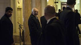 An ihm liegt es nun: Irans Außenminister Javad Zarif (Mitte).