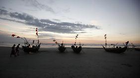 Fischerboote an der Küste bei Dawei.