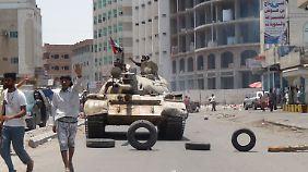 Der ins Ausland geflohene Präsident Hadi verlässt sich in Aden auf seine Milizionäre. Sie wehren bisher noch erfolgreich die vorrückenden Huthi-Rebellen ab.