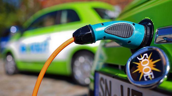 Die Opposition fordert mehr Anreize für den Kauf von Elektroautos.