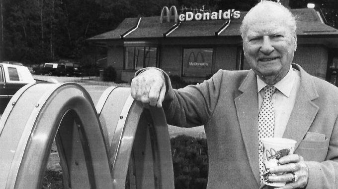 """Richard """"Dick"""" McDonald 1991 in Manchester vor einer Filiale der Kette, mit der er Fast-Food-Geschichte schrieb."""