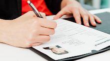 Auch wer auf seine Bewerbungen schon viele Absagen erhalten hat, sollte Ruhe bewahren. Eine Jobsuche dauert in den meisten Fällen mehr als einen Monat.