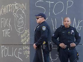 Polizisten stehen in Oakland vor einer Polizeistation.