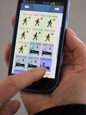 Hier gibt eine Patientin ihre Tages- und Nachtaktivitäten auf einer App ein.