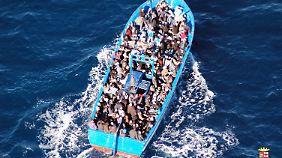 Tausende Menschen flüchten auf Booten wie diesem über das Meer. Oft endet ihre Reise tödlich.