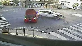 Karambolage am Morgen: Kreuzungs-Crash verwüstet Eckcafé