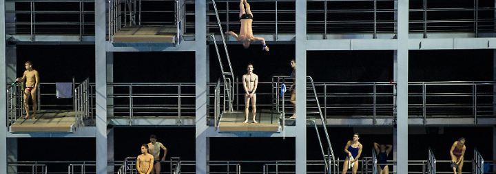 Turmspringer trainieren vor dem Wettbewerb bei den 32. LEN Schwimmeuropameisterschaften im Velodrom. Maja Hitij gewinnt damit den zweiten Platz.