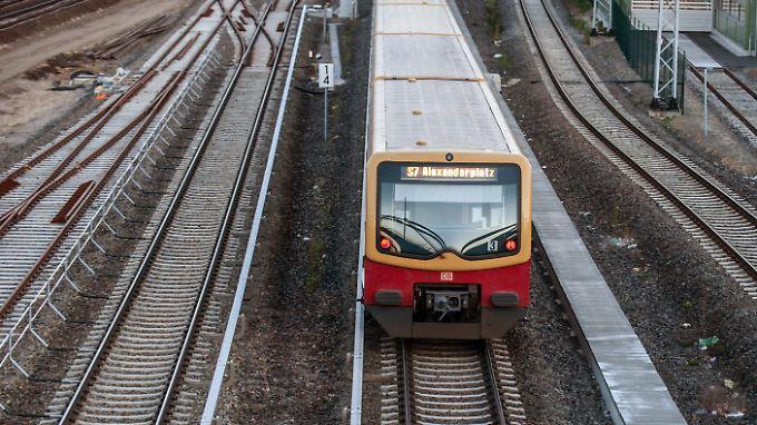 Ein Mann wurde auf dem Weg zum Alexanderplatz in der S-Bahn verletzt.