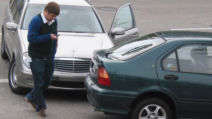 Hunderttausende Autofahrer verhalten sich anders und fahren nach einem Blechschaden einfach davon.