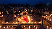 Schlechtes Wetter behindert Bergung: Nepal beklagt mehr als 8000 Erdbebenopfer