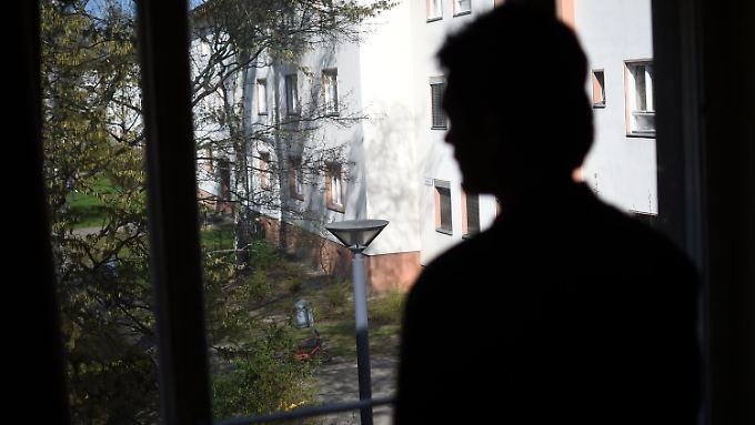 A. oder B. am Fenster seiner Unterkunft. Bislang konnten über 90 Patenschaften mit der Bundeswehr vermittelt werden.