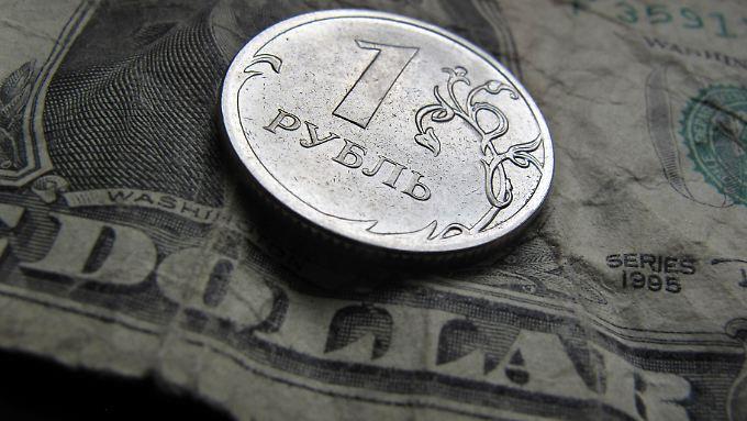 """Seinen """"Tiefpunkt"""" - hier als Spitze deutlich - hatte der Rubel Ende Januar. Damals mussten 72 Rubel je Dollar gezahlt werden."""