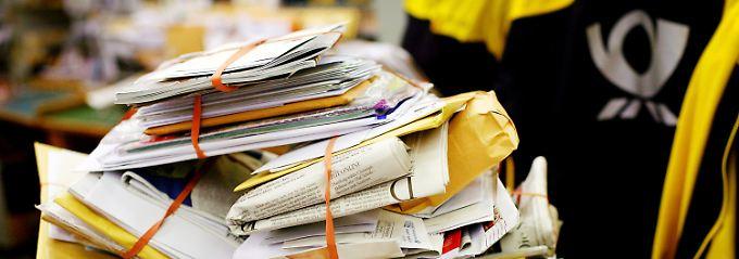 In vielen Gegenden stapeln sich die Postsendungen.