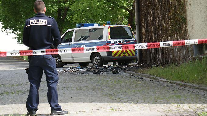 Der Tatort in Zossen. Auf dem Boden sieht man die Reste der drei verbrannten Container.