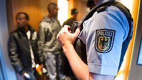 Ein Beamter der Bundespolizei wird verdächtigt, Flüchtlinge in Polizeigewahrsam misshandelt zu haben (Symbolbild).