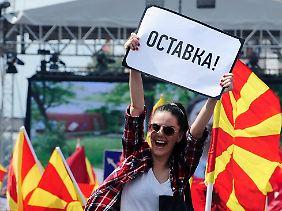 """Premier Gruevski führt Krieg im eigenen Land: Die Anhänger der Opposition fordern schlicht seinen """"Rücktritt""""."""