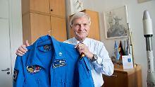 Stolz präsentiert Ernst Messerschmid seinen Astronautenanzug von seiner Weltraummission 1985.