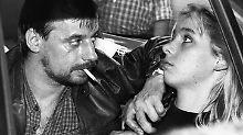 Dieter Degowski bedroht am 18.08.1988 in Köln die Geisel Silke Bischoff mit einer Waffe. Die junge Frau wird später von Degowskis Komplizen, Hans-Jürgen Rösner, erschossen.