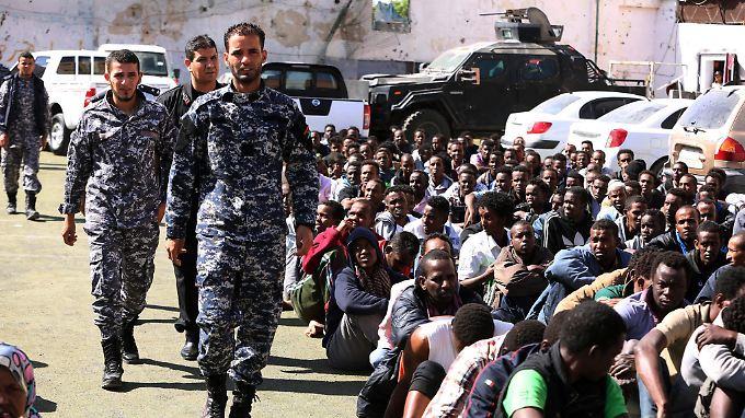 Die Menschen sind von den Behörden in Flüchtlingslager in Tripolis gebracht worden.