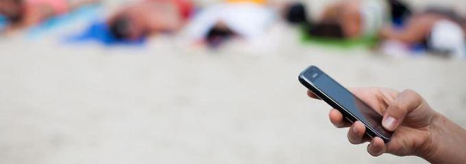 Telefonieren und Surfen ist im Ausland schon billiger geworden. Das reicht EU-Kommissar Oettinger aber nicht.