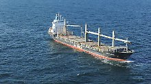 """Havarieexperten beobachten den Frachter aus der Distanz: Die """"Purple Beach"""" liegt verlassen in der Deutschen Bucht vor Helgoland."""