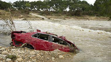 Dutzende Menschen vermisst: Fluten in Texas reißen alles mit sich