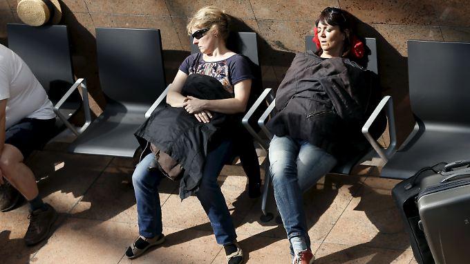 Gestrandete Passagiere am Airport nahe Brüssel.