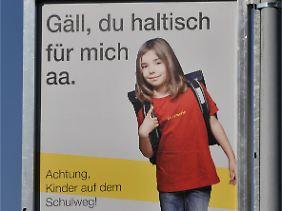 Schweizer Bitte um Rücksicht auf Schulkinder.