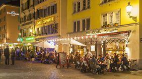 """Im Zürcher """"Niederdörfli"""", einem Altstadtteil, kann man gut essen, auch wenn man nichts versteht."""