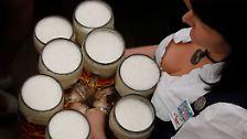 """Busen, Buxen, Bier: """"Ozapft is!"""""""