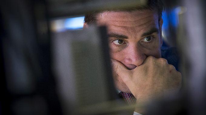 Sorgenvoller Blick eines Händlers an der Wall Street.
