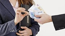 Schlüssel gegen Geld. Makler bekommen für ihre Dienste eine Provision. Doch deren Höhe ist begrenzt.