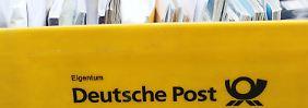 Postbox vor einer Postfiliale in Hamburg
