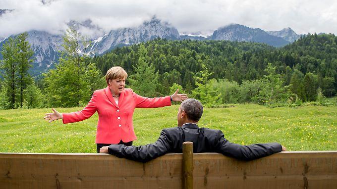 Malerische Aussichten: Merkel und Obama im Garten vor Schloss Elmau.