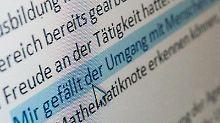 Im Anschreiben Textbausteine zu verwenden, macht einen schlechten Eindruck. Bewerber sollten das Anschreiben mit eigenen Worten formulieren.
