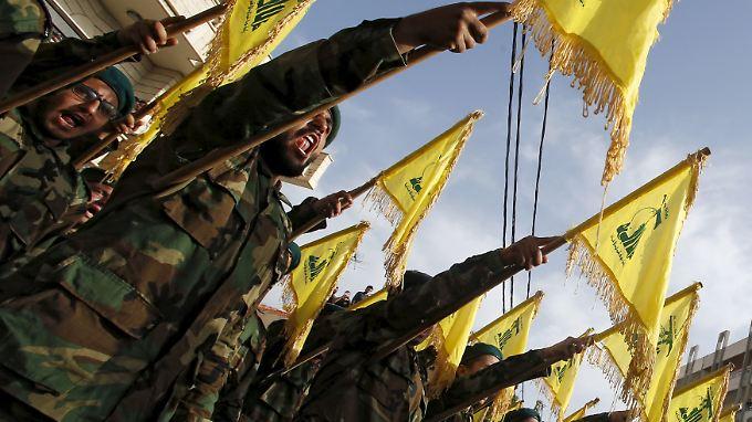 Hisbollah-Kämpfer salutieren am Rande eines Begräbnisses für ihre Kameraden, die in der syrischen Provinz Qalamun umgekommen sind.