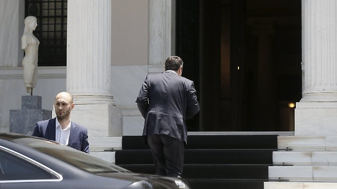 Ministerpräsident Alexis Tsipras betritt am Montag seinen Amtssitz in Athen.